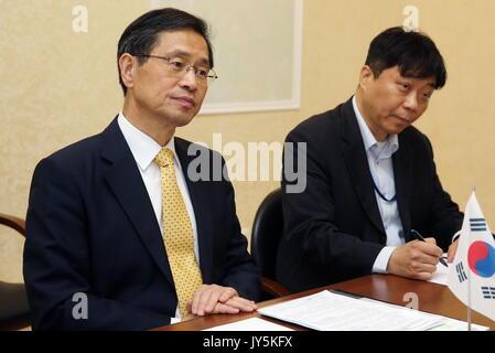 Moskau, Russland. 18 Aug, 2017. Südkoreas Botschafter in Russland Park Ro-byug (L) bei einem Treffen mit russischen - Stockfoto