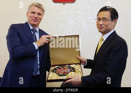 Moskau, Russland. 18 Aug, 2017. Russlands Sport Minister Pavel Kolobkov (L) trifft sich mit Südkorea Botschafter - Stockfoto