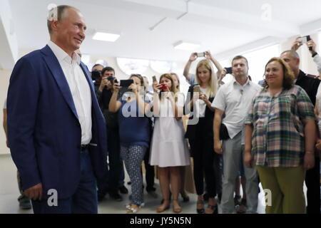 Sewastopol, Russland. 18 Aug, 2017. Der russische Präsident Wladimir Putin (L) besucht die Bukhta Kazachya Education Center, einem neu eröffneten Schule. Credit: Mikhail Metzel/TASS/Alamy leben Nachrichten