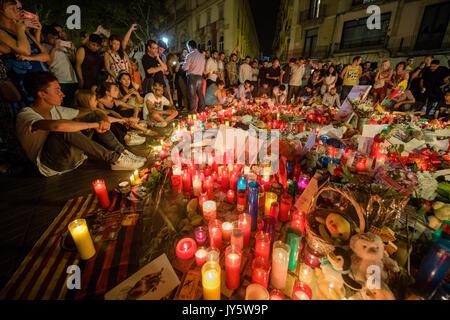 Barcelona, Spanien. 18 Aug, 2017. Zahlreiche Menschen versammelten sich um die Kerzen und Blumen an der Promenade Las Ramblas in Barcelona, Spanien, 18. August 2017 festgelegt. Einen Tag vor einem Lkw in eine Gruppe von Menschen in Las Ramblas gepflügt. Mehrere Menschen wurden getötet und viele während der terroranschlag am Donnerstag verletzt. Foto: Matthias Balk/dpa/Alamy leben Nachrichten