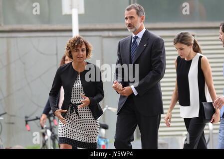 Barcelona, Spanien. 19 Aug, 2017. Spaniens König Felipe VI (2-L) und seine Frau Königin Letizia (2-R) zusammen mit - Stockfoto