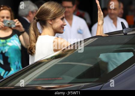 Barcelona, Spanien. 19 Aug, 2017. Die spanische Königin Letizia Blätter nach ihrem Besuch an die Opfer der Terroranschläge - Stockfoto