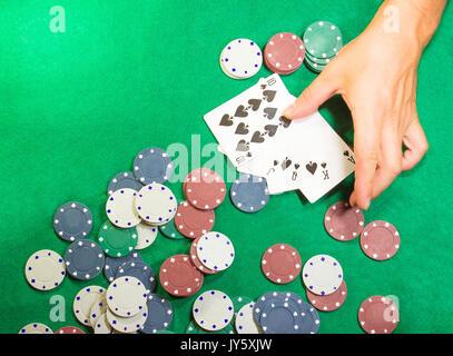 Die männlichen Händen mit Karten im Casino - Stockfoto