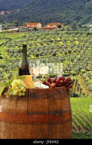 Weißwein mit Faß auf berühmten Weinberg im Chianti, Toskana, Italien - Stockfoto