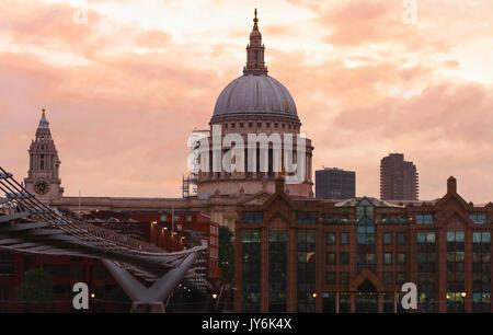 Der Blick auf die Kuppel von St. Paul's Cathedral bei Sonnenuntergang, der Londoner City. - Stockfoto