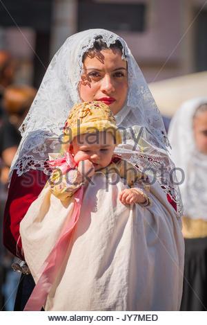 Cavalcata Sassari, Porträt einer Frau und Baby gekleidet in der Tracht in der Grand Parade der Cavalcata Festival - Stockfoto