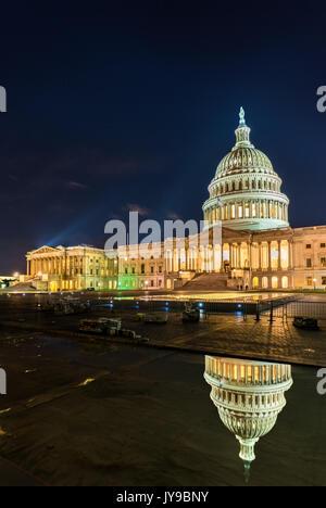 Der United States Capitol Building in der Nacht in Washington, DC
