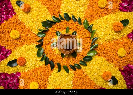 Blume rangoli für Diwali oder pongal mit Ringelblume oder zendu Blumen und roten Rosenblättern über weißen Hintergrund - Stockfoto