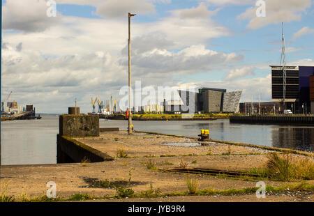 Der Fluss Lagan in Belfast einschließlich der legendären Titanic Zentrum von einem der stillgelegten Ferry Terminal - Stockfoto
