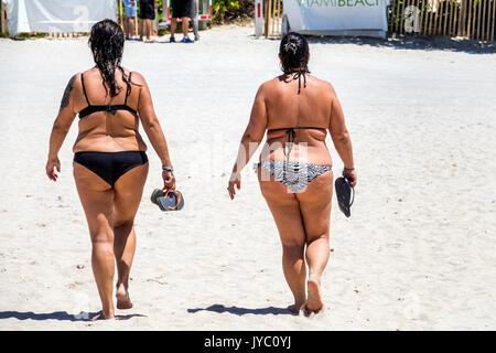 Miami Beach, Florida sand Frau Frauen bikini Übergewicht beleibt Fett walking Freunde - Stockfoto