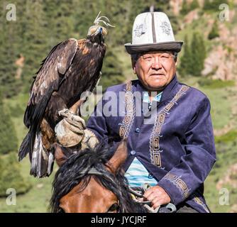 Eagle Hunter hält den Adler auf dem Rücken der Pferde, in Kirgisistan am 29. Mai 2017 - Stockfoto