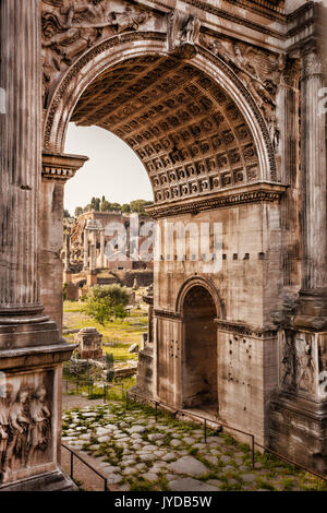 Forum Romanum mit Bogen gegen Sonnenuntergang in Rom, Italien - Stockfoto