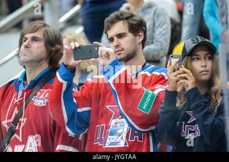 Moskau, Russland. 18 Aug, 2017. CSKA Moskau Fans in der Moskauer Bürgermeister Eishockey Cup Match gegen Dynamo - Stockfoto