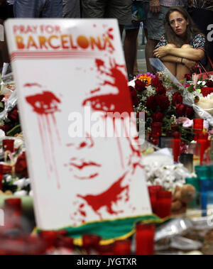 Barcelona, Spanien. 19 August, 2017. Barcelona, Spanien. 19 Aug, 2017. Leute zahlen ihren Respekt für die Opfer - Stockfoto