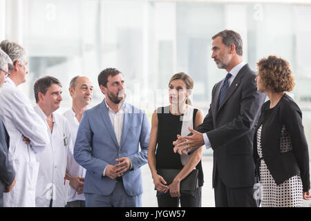 Barcelona, Spanien. 19 Aug, 2017. Spaniens König Felipe VI (2. R) und Königin Letizia (3. R) Gespräch mit dem medizinischen - Stockfoto