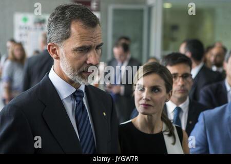 Barcelona, Spanien. 19 Aug, 2017. Spaniens König Felipe VI (L) und seine Frau Königin Letizia (R) im Gespräch mit - Stockfoto