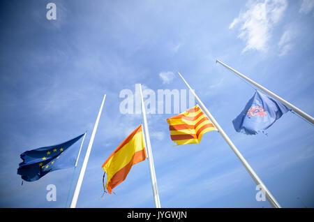 Cambrils, Spanien. 19 Aug, 2017. Die Flaggen von Europa (L-R), Spanien, Katalonien und die Gemeinde Cambrils sind - Stockfoto