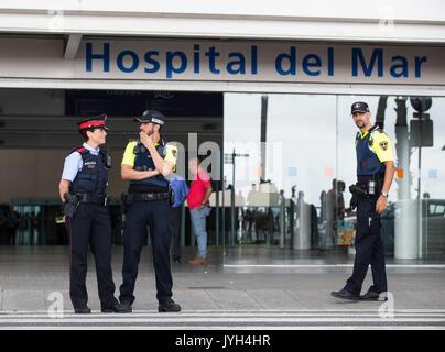 Barcelona, Spanien. 19 Aug, 2017. Spanische Polizisten stand Guard außerhalb Hospital del Mar, wo der Verletzte - Stockfoto