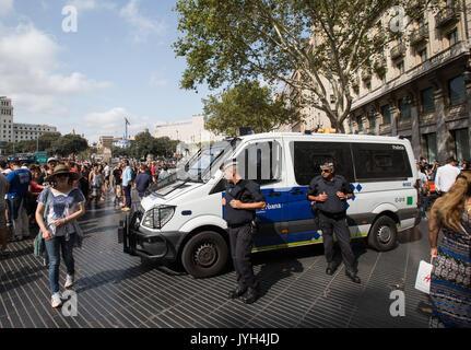 Barcelona, Spanien. 19 Aug, 2017. Spanische Polizisten patrouillieren in der Las Ramblas von Barcelona, Spanien, - Stockfoto