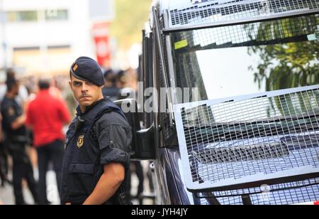 Barcelona, Spanien. 19 Aug, 2017. Ein spanischer Polizist Patrouillen in der Las Ramblas von Barcelona, Spanien, - Stockfoto