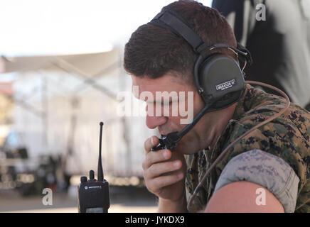 Us Marine Corps Maj Christophe McLin eine Waffen und Taktiken Kursleiter Air Officer mit Marine Aviation Waffen - Stockfoto