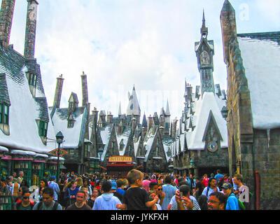 Orlando, USA - Januar 02, 2014: Besucher genießen die Harry Potter themed Sehenswürdigkeiten und Geschäften an der - Stockfoto