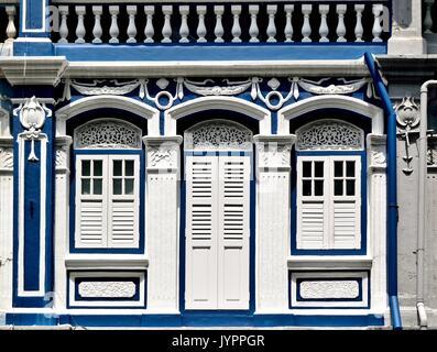 Traditionelle Singapur shop Haus Außen mit weißen und blauen Fassade, Bogenfenster und hölzerne Lamellenfensterläden - Stockfoto