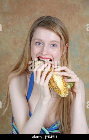 Junge blonde Mädchen gesund essen leckeres Sandwich - Stockfoto