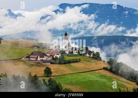 MONTE DI MEZZO, Italien - 25. JUNI 2017: Dorf Monte di Mezzo mit St. Nikolaus Kirche; in den Dolomiten, in der Nähe - Stockfoto