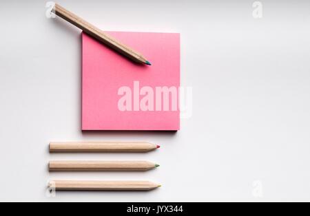 Post it mit Bleistift auf einem mit Hintergrund - Stockfoto