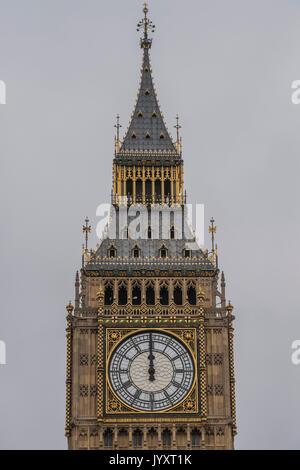 London, Großbritannien. 21 Aug, 2017. Die Uhr schlägt 12 - Big Ben Bongs seinen letzten für mehrere Jahre vor einer - Stockfoto