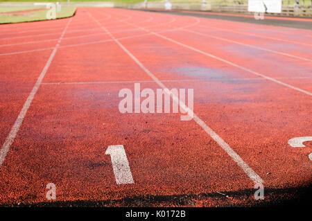 Spur 1 auf einer roten Leichtathletik Laufbahn - Stockfoto