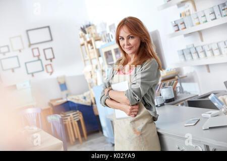 Portrait zuversichtlich weibliche Geschäftsinhaber in der Kunst shop arbeiten - Stockfoto