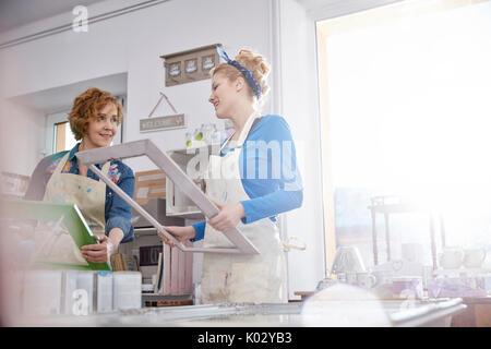 Künstlerinnen Malerei Bilderrahmen im Kunstunterricht workshop - Stockfoto