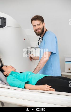 Junger Arzt An CT-Scan auf weibliche Patienten - Stockfoto