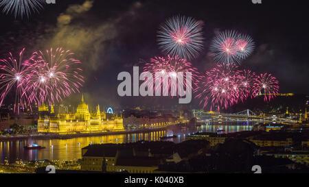 Budapest, Ungarn - Die schöne 20. August Feuerwerk über der Donau am St. Stephens day oder Stiftung Tag der Ungarn. - Stockfoto