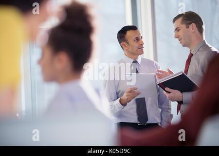 Unternehmer im Gespräch in Office Fenster - Stockfoto