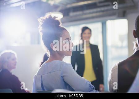 Geschäftsfrau drehen, hören in Konferenz Publikum - Stockfoto