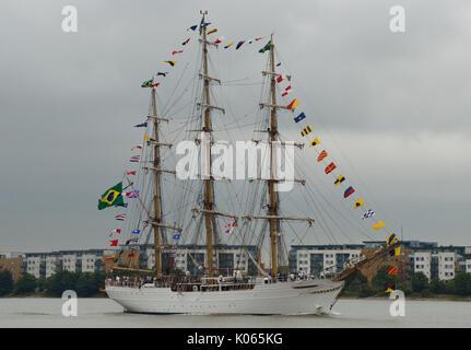 London, Großbritannien. 21 Aug, 2017. Brasilianischen Marine Sail Training Ship Nve Cisne Branco U20 kommt auf der - Stockfoto