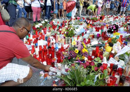 Las Ramblas, Barcelona, Spanien. 20 Aug, 2017. Menschen bringen Blumen, Licht, Kerzen und Puppen Gebete und Meditationen - Stockfoto