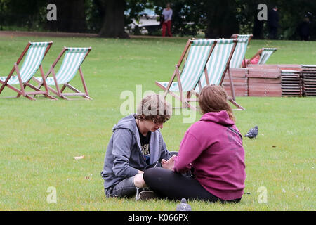 St. James Park, London, UK. 21 Aug, 2017. Touristen in St. James Park an einem bewölkten, aber milden Tag. Credit: - Stockfoto