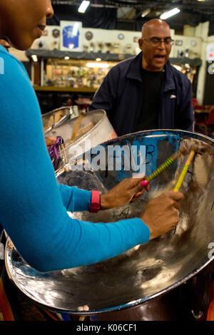 London, Großbritannien. 21 Aug, 2017. Nostalgie multirassischen Steel Band proben für den Notting Hill Carnival. - Stockfoto