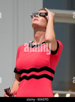 Ivanka Trump sieht sich die partielle Sonnenfinsternis die Sonne aus dem Blauen Zimmer Balkon des Weißen Hauses - Stockfoto