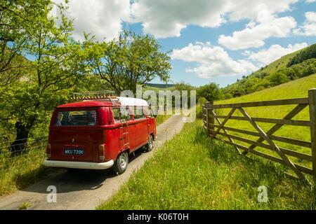 Sommer im Wye Valley: eine Frau mittleren Alters fahren Ihre klassische 1973 VW Typ 2 (T2) Erker roten Wohnmobil - Stockfoto