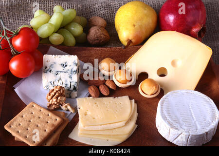 Sortiment von Käse mit Obst, Trauben und Nüsse auf Holz, das Fach.