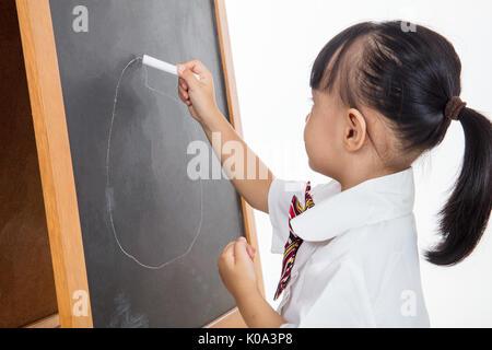 Asiatische chinesische Mädchen Zeichnung auf blackboard in isolierten weißen Hintergrund - Stockfoto