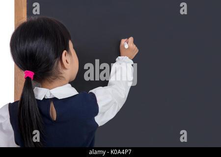 Asiatische chinesische Mädchen schreiben auf blackboard in isolierten weißen Hintergrund - Stockfoto
