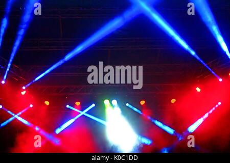 Bühne Rampenlicht mit Strahlen. Konzert Beleuchtung Hintergrund - Stockfoto