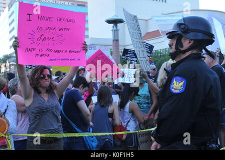 Phoenix, Arizona, USA. 22 Aug, 2017. Demonstranten nehmen in einer Demonstration vor den Toren der Phoenix Convention - Stockfoto