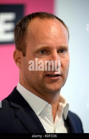 Wien, Österreich. 23. August 2017. NEOS Vorsitzender Matthias Strolz, gemeinsam mit der Allianz Partner Irmgard - Stockfoto